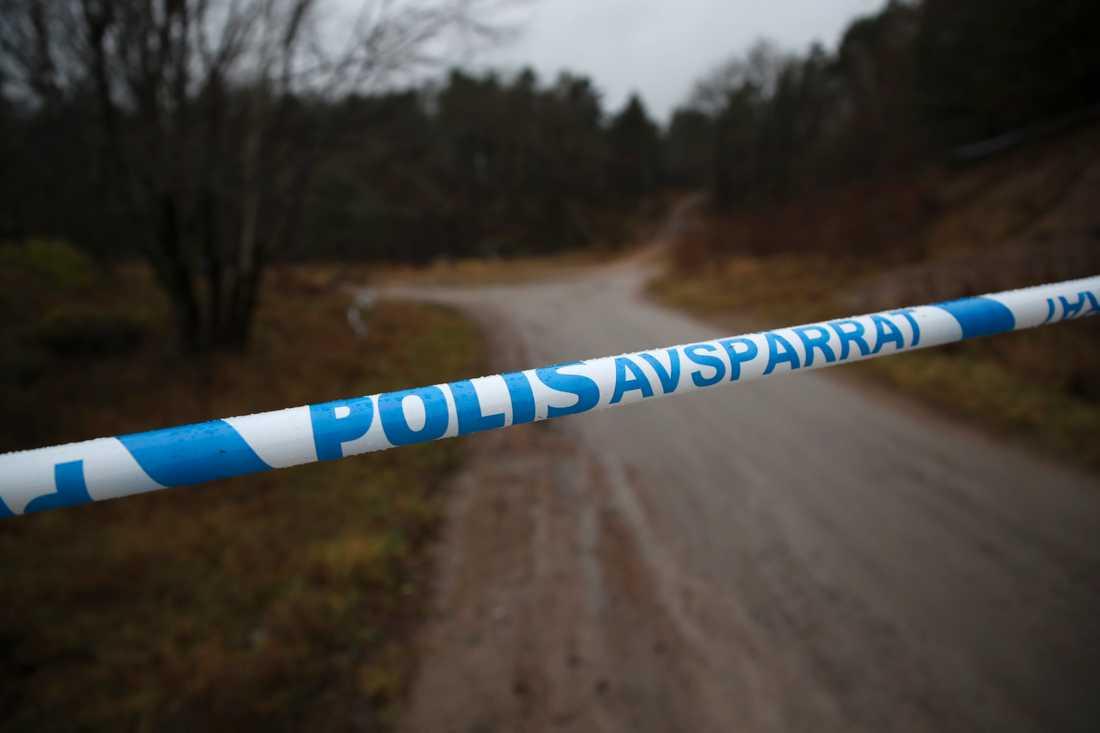 Ett område har spärrats av och polisens tekniker har arbetat på platsen.