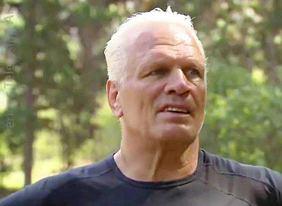 """I förra veckans """"Mästarnas mästare"""" dök Frank Andersson för att hämta tunga stenar i en vattenbana. Efter det drabbades han av en infektion. Kvällens avsnitt börjar med att deltagarna samlas på stranden för en ny tävling - men Frank tvingas fatta ett beslut att stå över."""