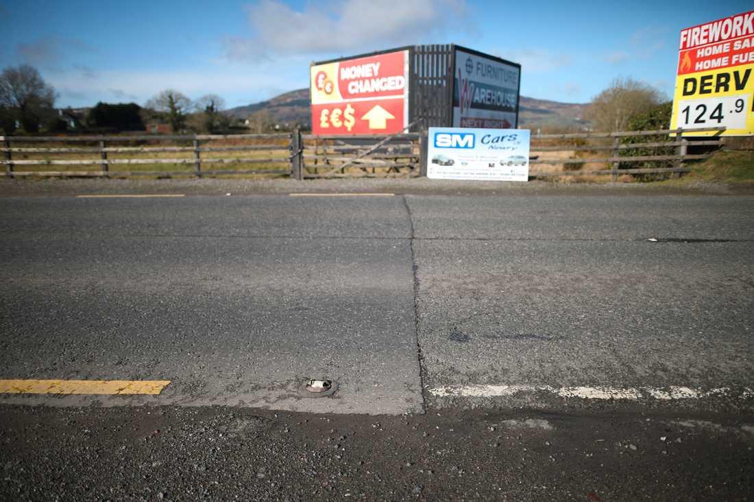 """Allt som syns av den tidigare gränsen mellan republiken Irland och Nordirland här är färgen på vägmarkeringarna. Frågan om en ny """"hård gräns"""" på den irländska ön har visat sig vara den hårdaste brexitnöten att knäcka."""