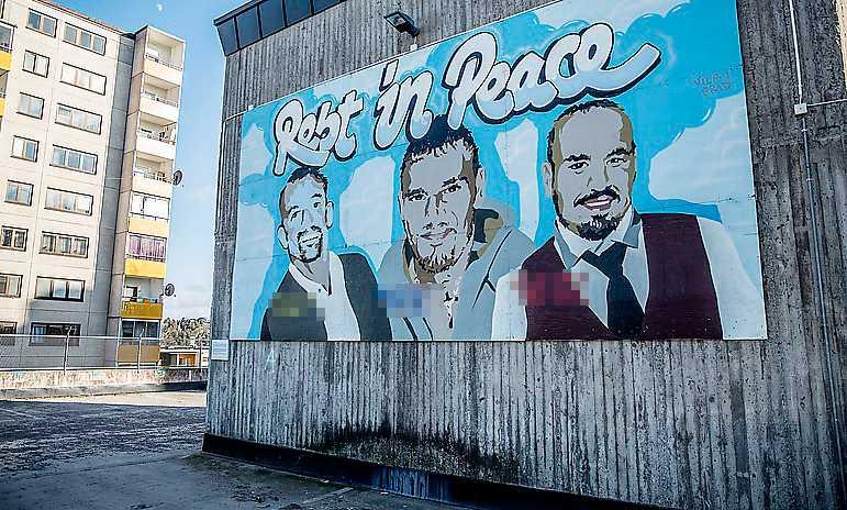"""""""Det finns en önskan av ungdomarna bakom  verket att placera 'Rest in peace' centralt i Fittja. Målningen är en del av det förflutna i Fittja. Målningen är ett porträtt av män som dog en för tidig död"""", står det på skylten under väggmålningen."""