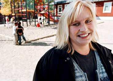 Lena Sörhult lider av Turners syndrom, som bland annat innebär att hon föddes utan ägg. Nu hoppas hon på lagförslaget om äggdonationer.  Det har känts trist att veta att tekniken finns och fungerar, men ändå inte få använda den  säger Lena.