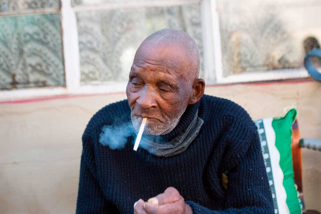 116-årige Fredie Blom tar ett bloss i sitt hem i Delft utanför Kapstaden i Sydafrika.