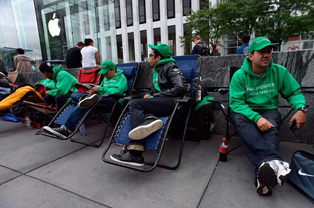 Folk har samlats utanför Apple store på 5th Avenue i New York.