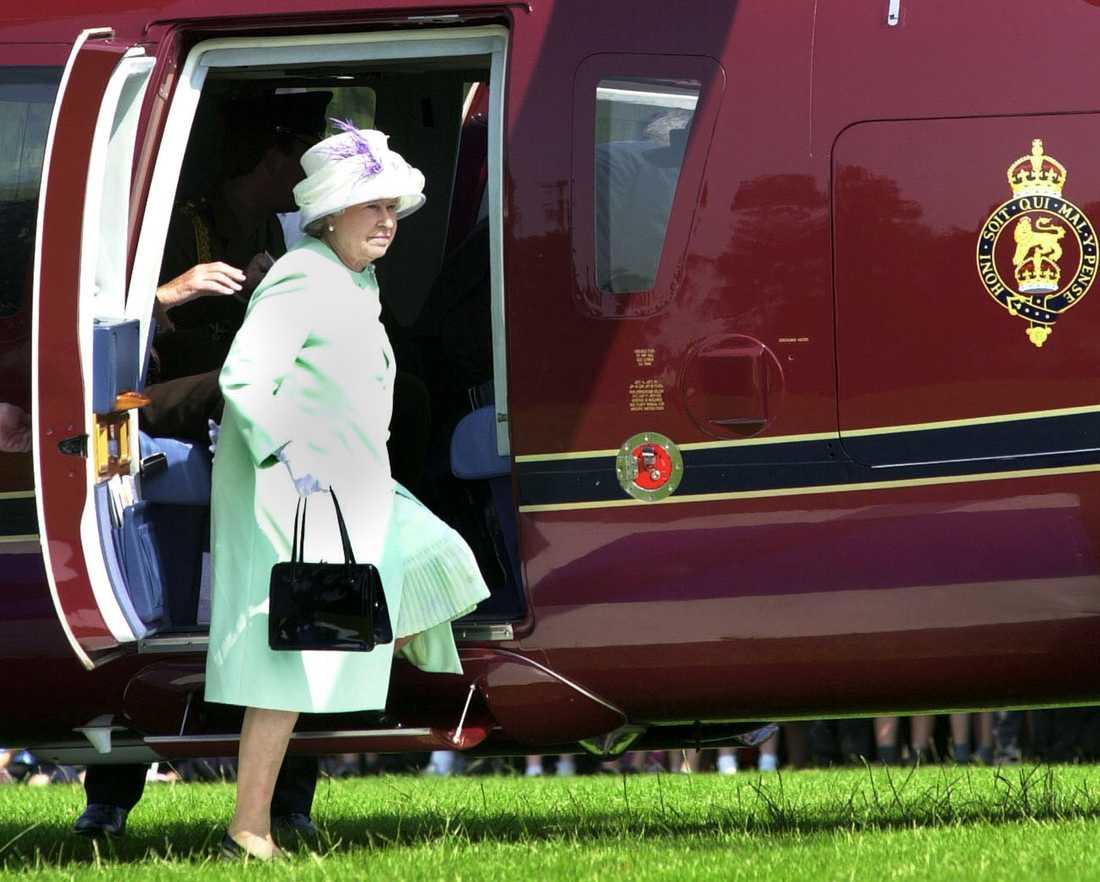 I jobbet ingår att se över drottning Elizabeths helikopterresor.