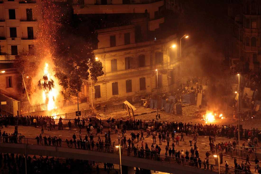 Oppositionella och regeringsanhängare drabbar samman i Kairo.