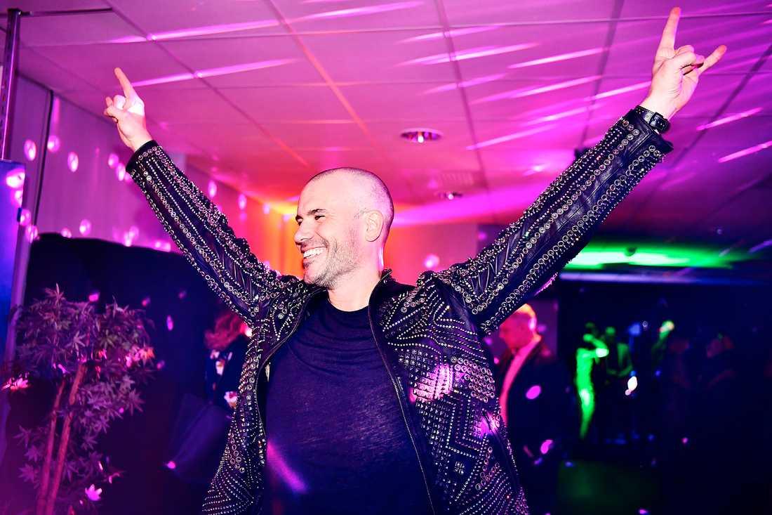 Martin Stenmarck var på gott humör när han gjorde entré på festen.