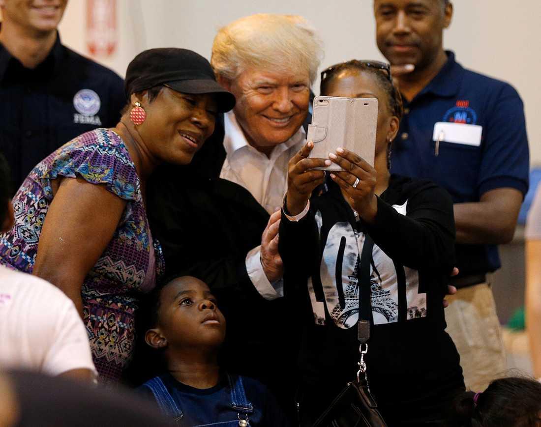Trump tar en selfie.