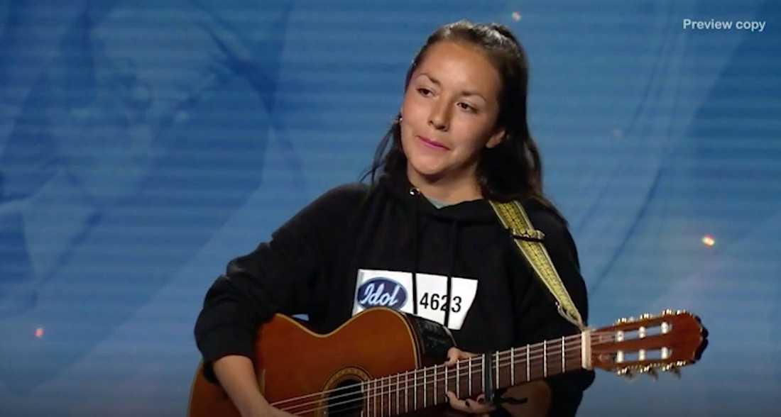 """Nathalie Ulinder spelar på sin döda pappas gitarr i """"Idol""""."""
