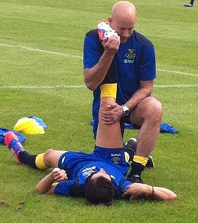 Lotta Schelin får behandling av sjukgymnasten Peter Svensson.