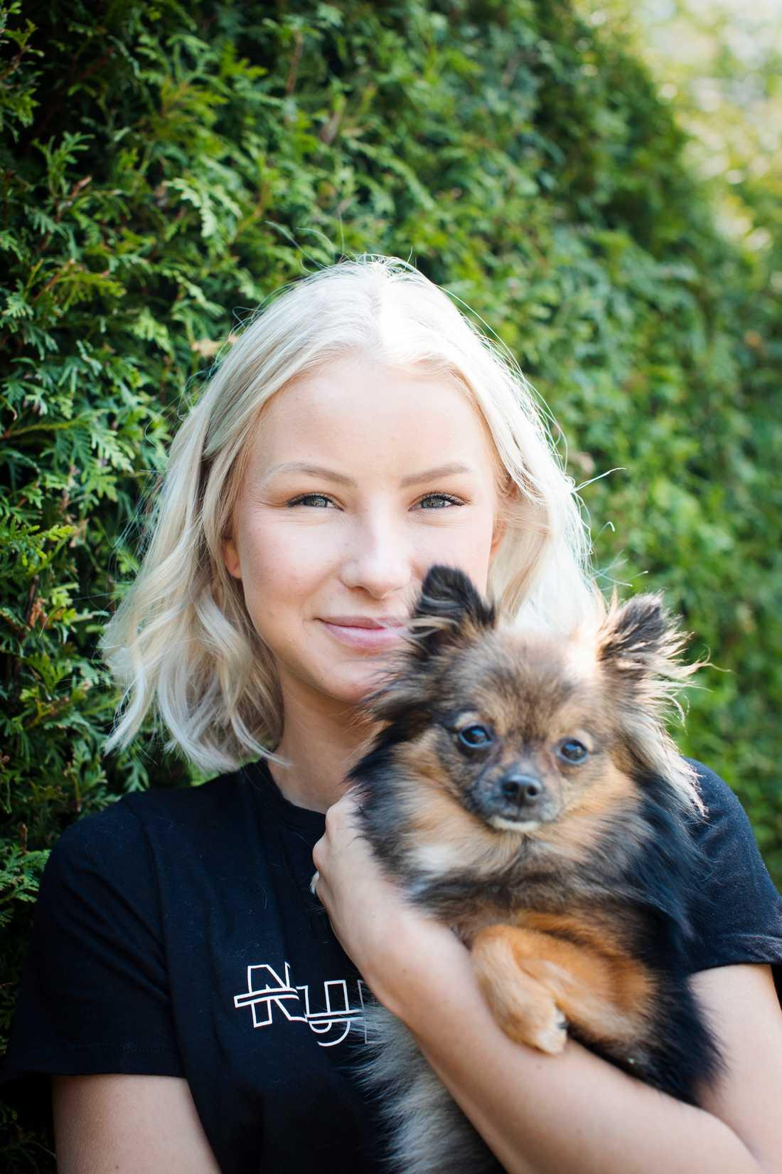 Nathalie Danielsson med sin ena hund Chloey, som ofta får vara med i hennes inlägg.