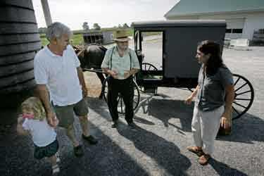 Hos Jonathan Fisher kan man åka häst- med vagn-turer, eller amish buggy rides som de också kallas. I USA finns det i dag cira 100 000 amish.
