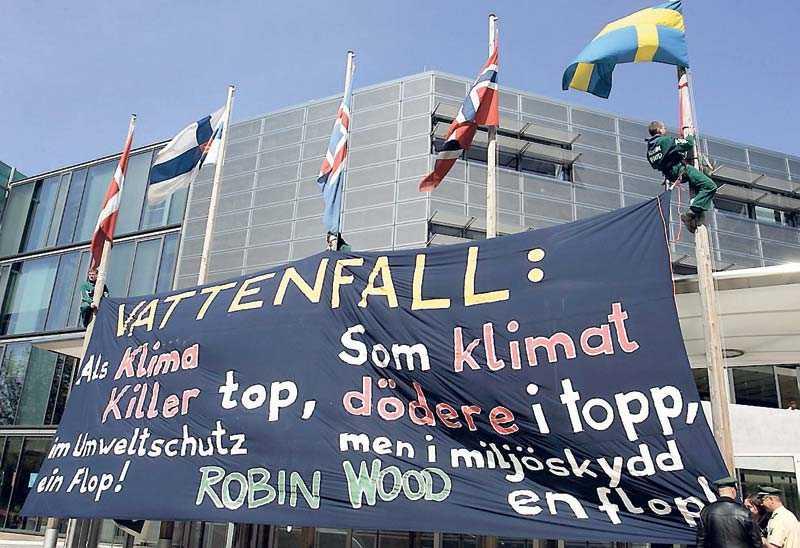 """Kraftfullt nej till kol Den tyska miljörörelsen är starkt kritisk mot Vattenfalls utbyggnad av kolkraft i Tyskland. Här demonstrerar gruppen """"Robin Wood"""" utanför de nordiska ambassaderna i Berlin."""