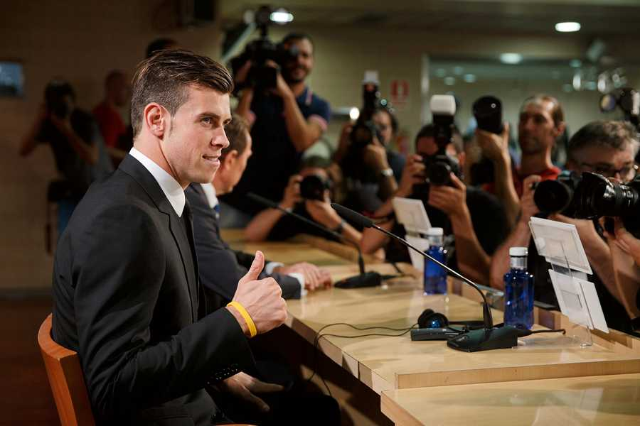 Gareth Bale svarar på presskårens frågor – och ger tummen upp.