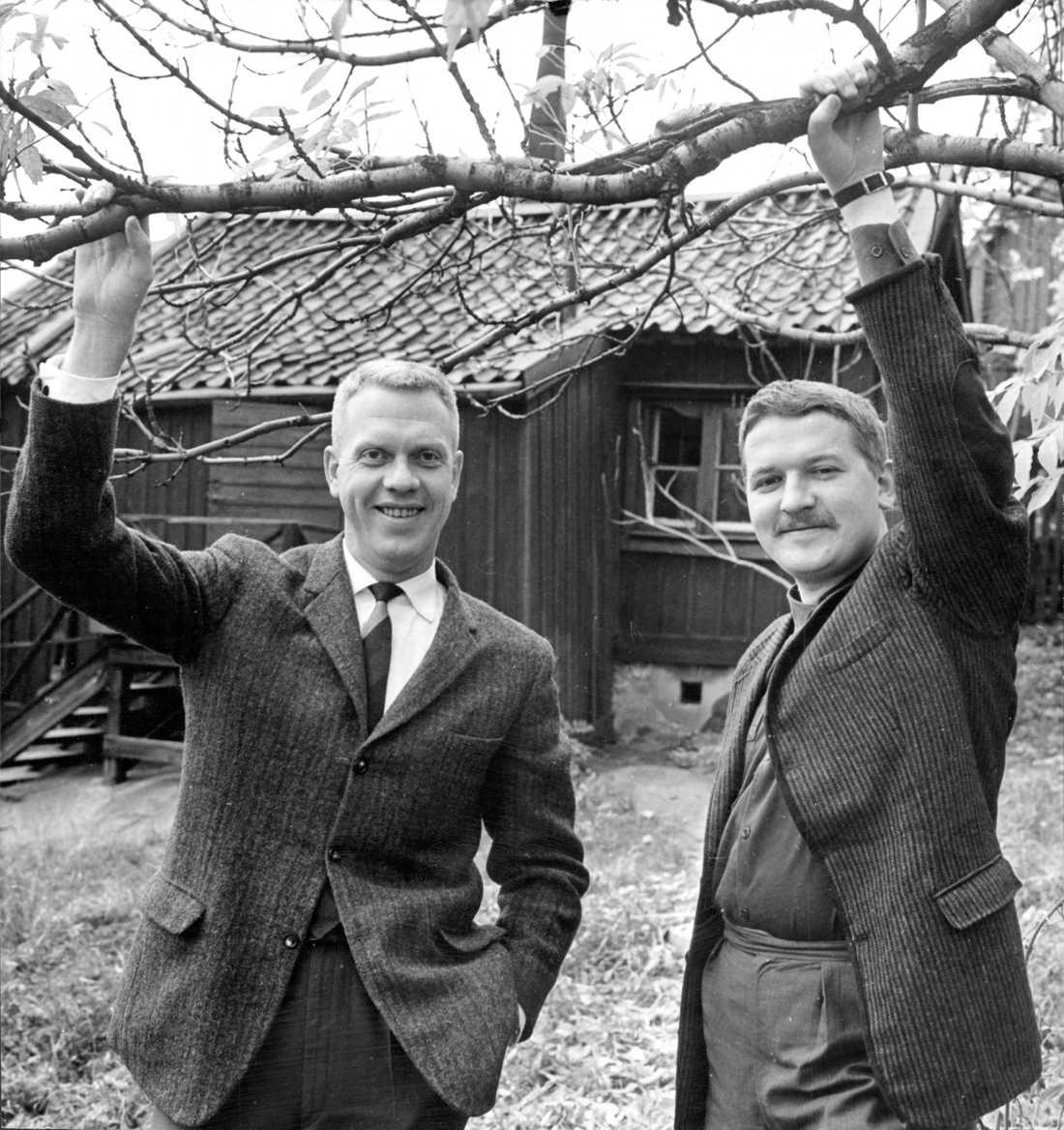 Tage Danielsson och Hans Alfredson utanför skrivarstugan i Vitabergsparken 1961.