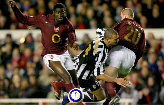 Zlatan har ännu inte vunnit Champions League. Här tas svensken hårt av Arsenal i kvartsfinalmatchen på Highbury 28 mars 2006.