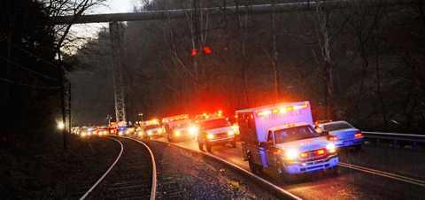 Utryckningsfordon lämnar gruvan i Montcoal i Raleigh County med skadade människor. Minst åtta person har dött efter explosionen i gruvan.