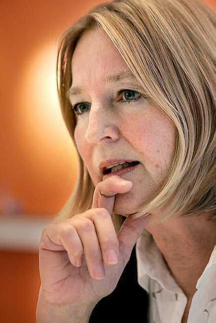 SKYNDAR HEM Socialdemokraternas partiledare Göran Persson kräver hårda tag efter mejlskandalen. Marita Ulvskog får hålla i yxan. I går tvingades hon avbryta sin semester på Lanzarote två dagar i förtid för att städa upp på partihögkvarteret.