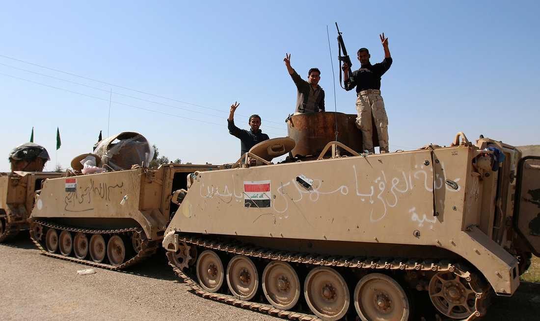 Irakiska säkerhetsstyrkor och shiitiska soldater på väg mot Tikrit.