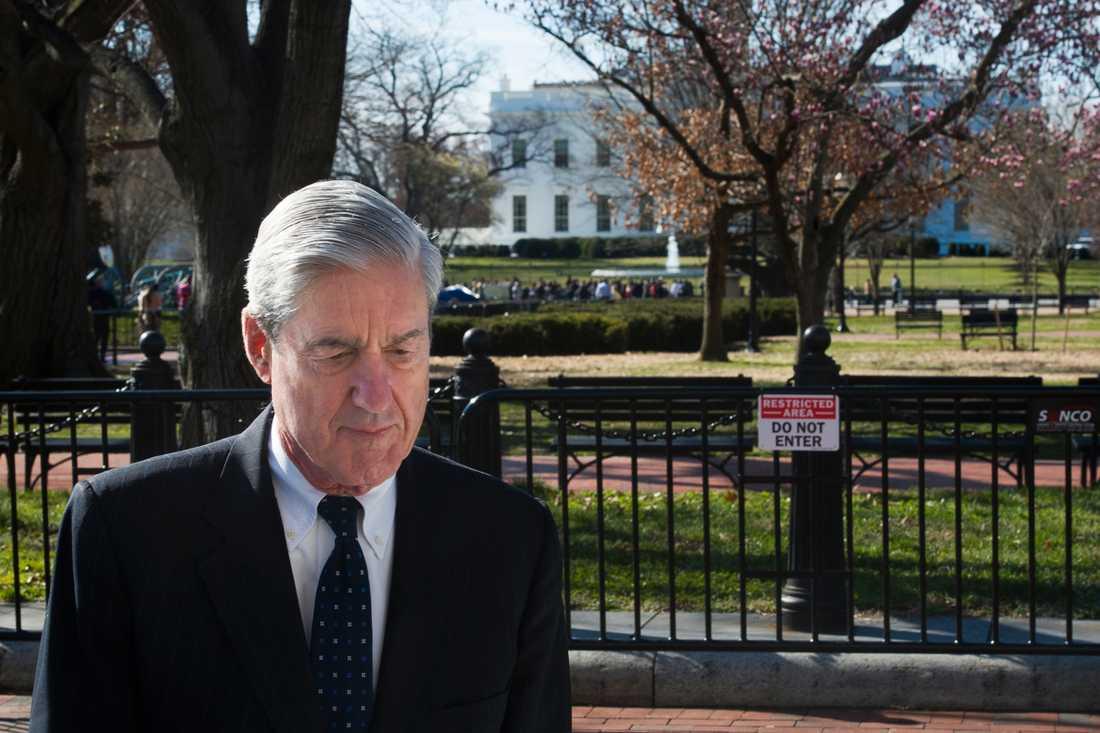 Den särskilde åklagaren Robert Mueller går förbi Vita huset på söndagen.