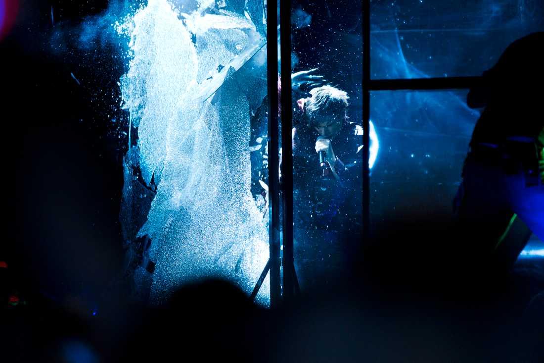 "Melodifestivalen 2011, ""Popular"": Enorma glasskivor exploderar på scenen i slutet av Eric Saades scenshow."