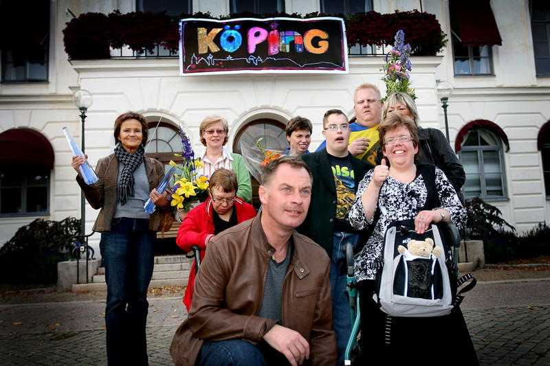 """VINNARE Köping kom billigt undan i logotyp-racet. Efter tv-succén """"I en annan del av Köping"""" som visades på TV4 fick kommunen köpa loggan som använts i serien för 12 000 kronor."""