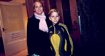 """VILL GÅ FRÅN FYRA TILL ÅTTA Cecilia Nyman, 38, tittar på en åttarummare i Spånga med sonen Simon Wallenius, 11. Fyran i Sundbyberg börjar bli för liten för familjen. """"Man pratar om att det kan komma ett kraftigt prisras. Men hittar vi det vi vill ha slår vi till."""""""