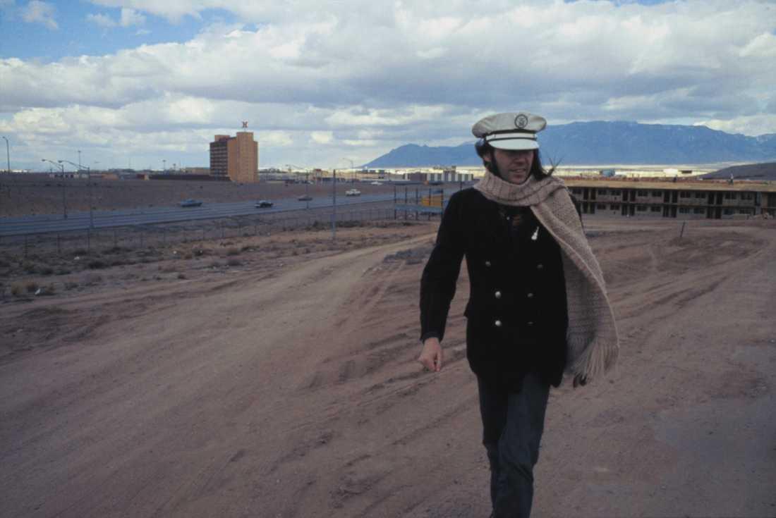 Neil Young njuter av en liten vinterpromenad 1973.