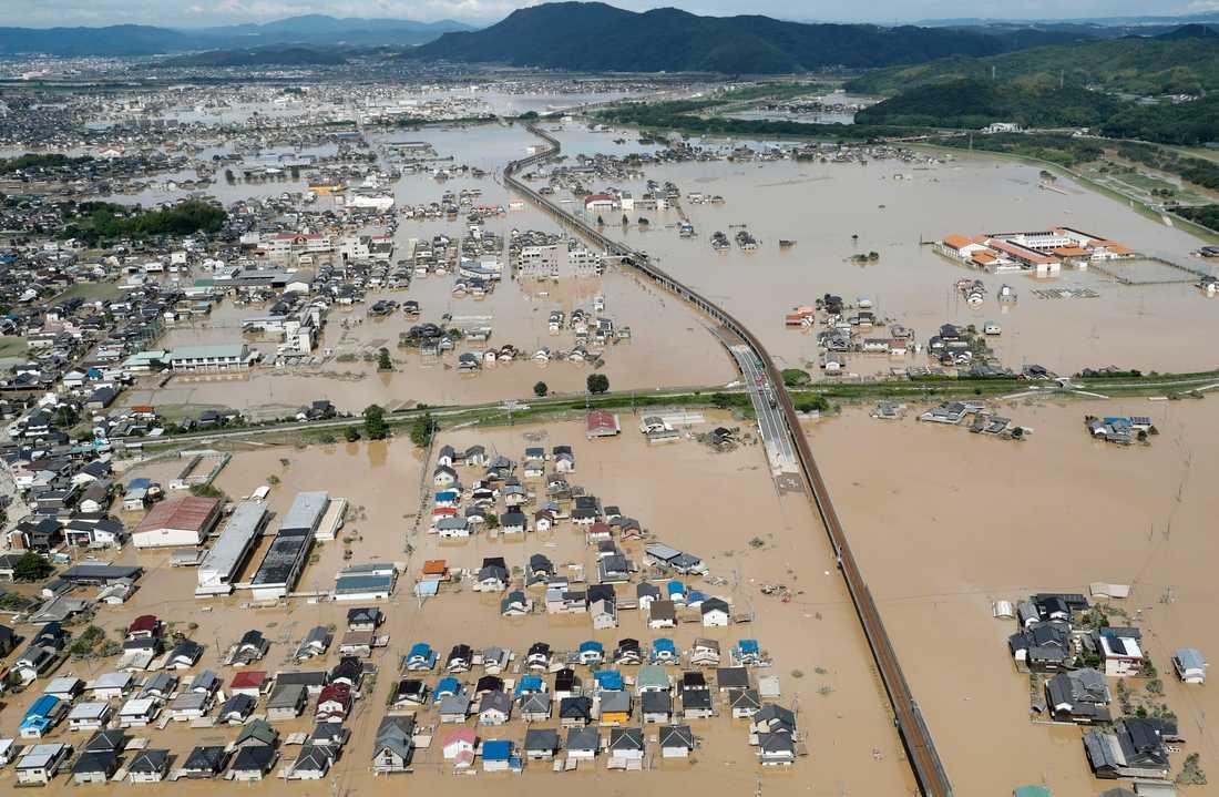 Stora områden står helt eller delvis under vatten efter kraftiga regn i sydvästra Japan. På bilden staden Kurashiki.