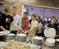 Skolbarn får äta för sju kronor