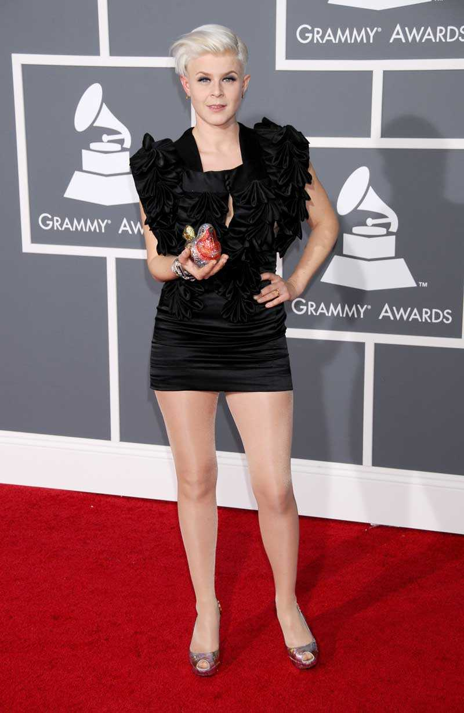 Coolaste Robyn hade en väska i form av en pippi-fågel och superläcker svart klänning.