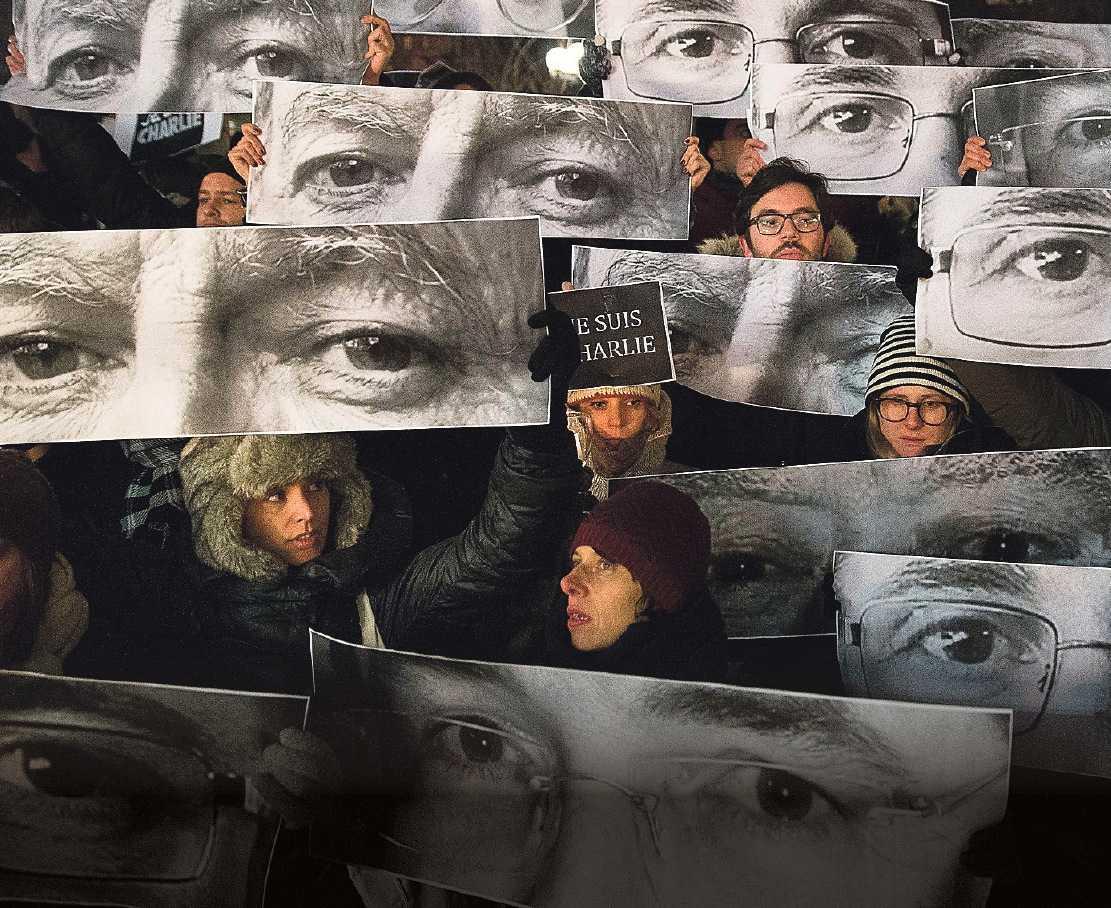 De mördade franska tecknarna hedras i New York. Foto: AP