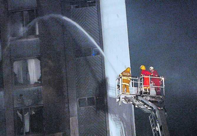 Brandmännen gör vad de kan för att släcka elden.