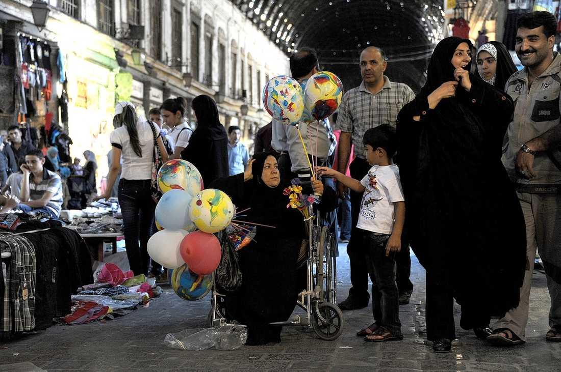 I Damaskus stadskärna köper människor kryddor, kläder och bakelser. Som vanligt. Men ekonomin är i fritt fall. Aftonbladets team ser inte en enda utländsk turist på sex dagar.