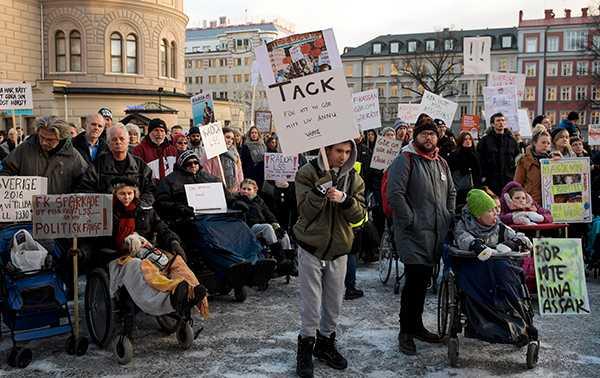 """Funktionshinderrörelsen: """"Ingen har bättre kunskap om våra frågor än vi själva. Om vi inte kan verka i och mellan våra förbund eller företräda oss själva står Sverige inför en demokratisk kris."""" (Bilden är från en manifestation på funktionshindersdagen i december 2016)."""