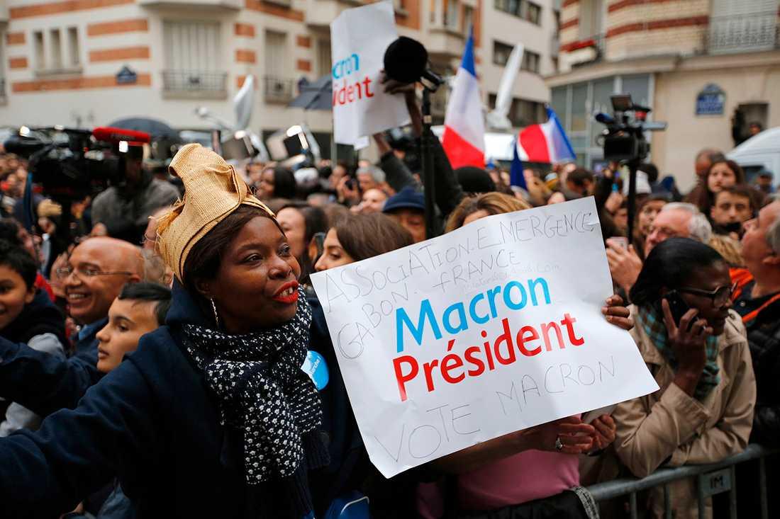 Supportrar firar Macron i Paris.