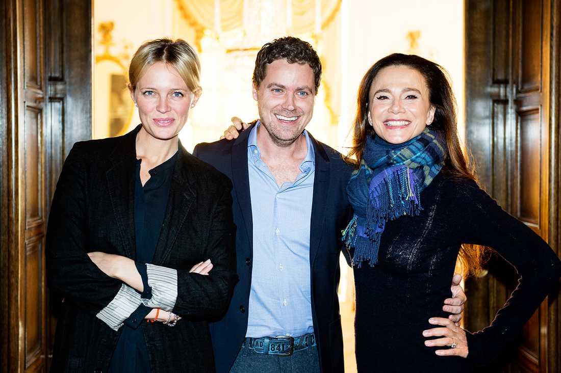"""Med """"flickvän"""" och """"svärmor"""" Greg Poehler flankerad av komedikollegorna Josephine Bornebusch och Lena Olin."""