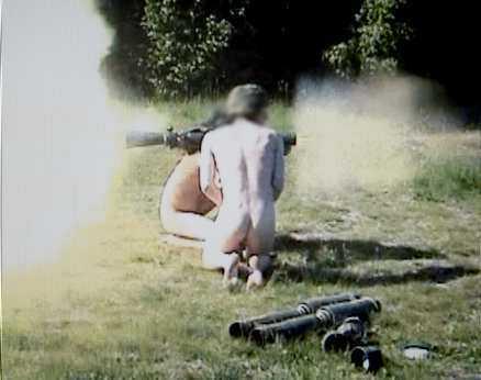 CHOCKBILDEr I SVT De nakna soldaterna i första amfibieskytteplutonen avfyrar det skarpladdade granatgeväret. De övriga i plutonen fäller sexistiska kommentarer. Försvaret ser allvarligt på det inträffade och utreder nu vilka som medverkar i filmen.