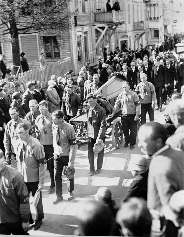 4000 arbetare demonstrerade mot sänkta löner. Fem sköts till döds. Här förs offrens kistor till begravningen.