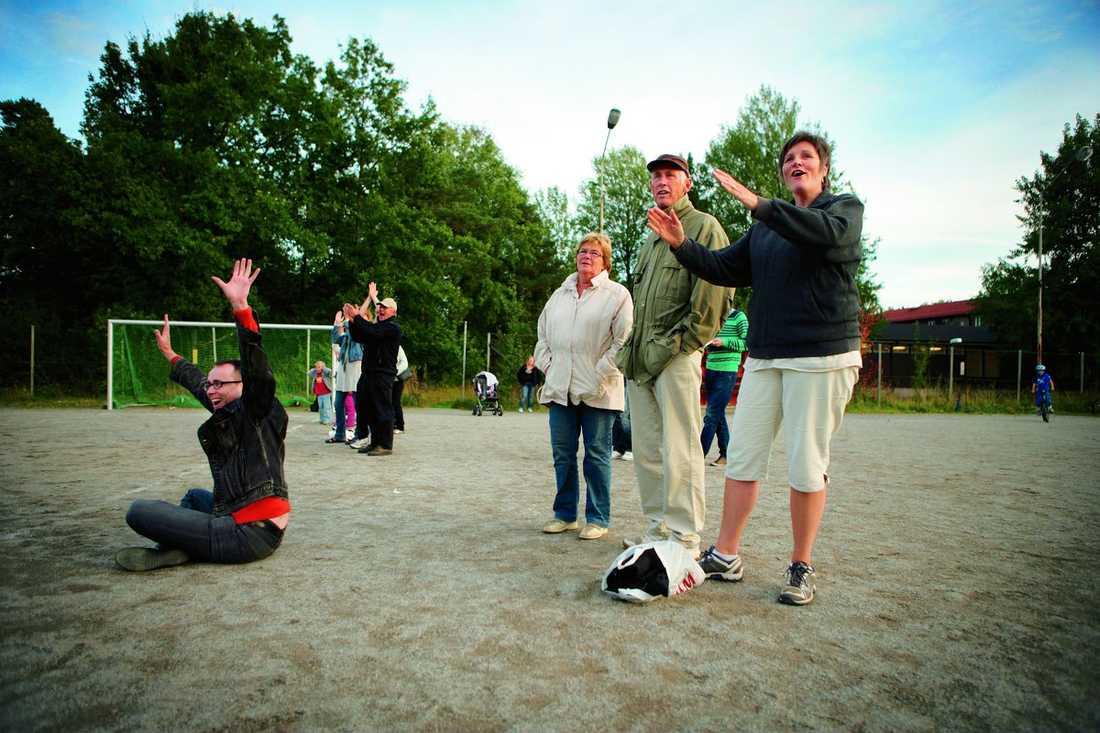 Solbergasupportrar Irene Ström (till höger) är en hängiven supporter till sonen Henrik och hans Solberga bollklubb. Men hon tror att det kan vara skadligt om föräldrarna börjar ta barnens idrott på för stort allvar.