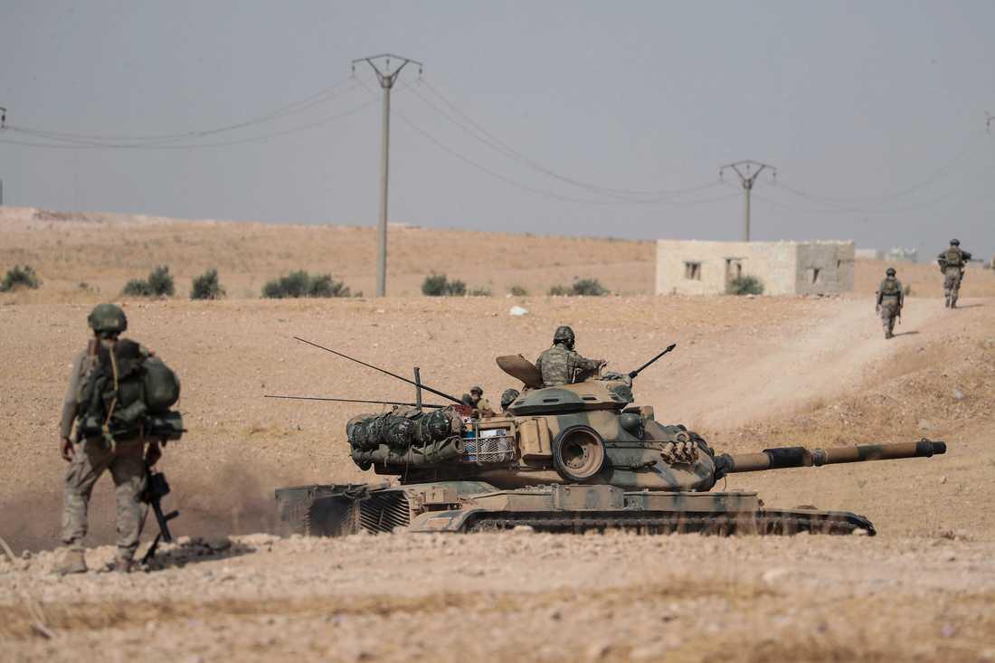Turkiska stridsvagnar och soldater posterade i ett område utanför den strategiskt viktiga staden Manbij.