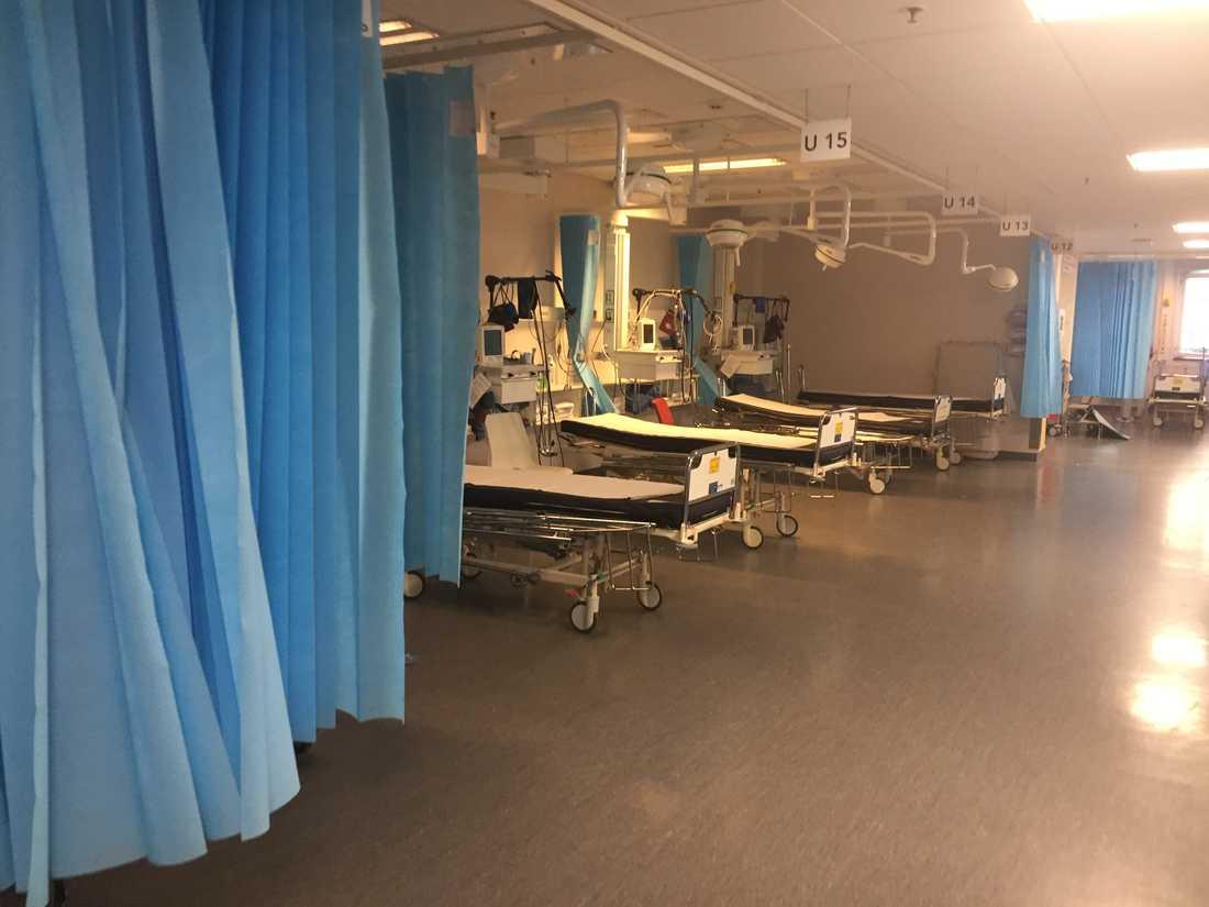 Tomma sängar på Nya Karolinska intensivakut.