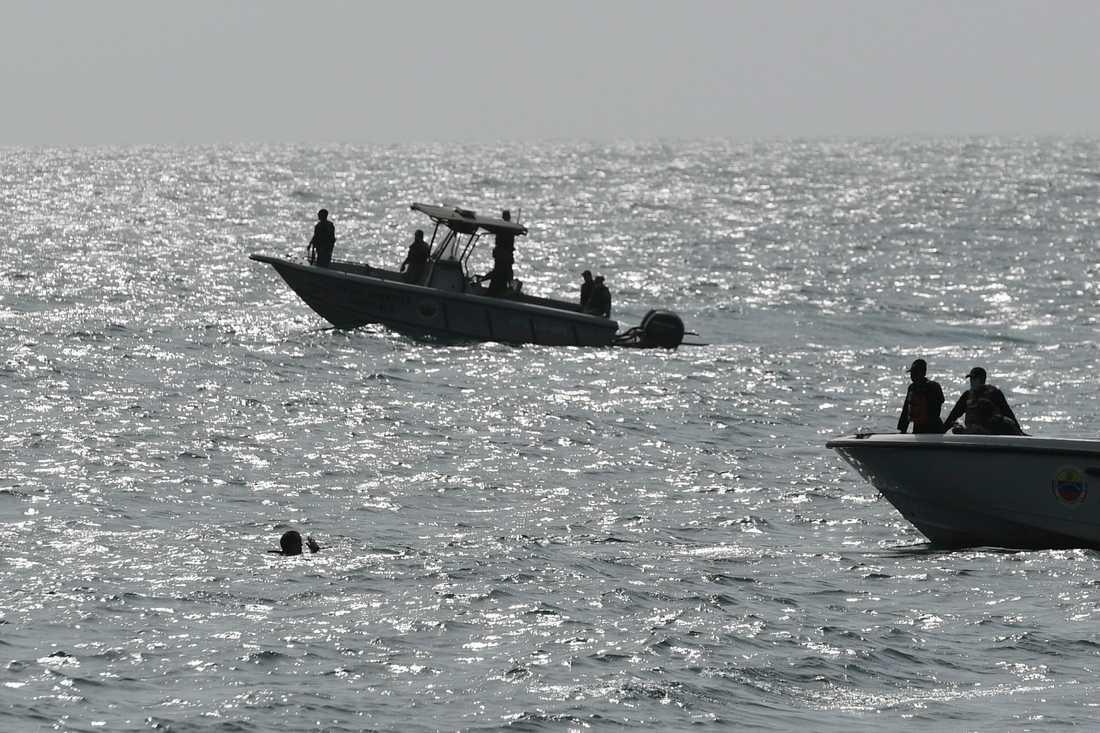 Venezuelanska säkerhetsstyrkor söker igenom det kustområde där landets regering hävdar att en grupp beväpnade personer försökt landsstiga för att inleda ett kuppförsök under söndagen.