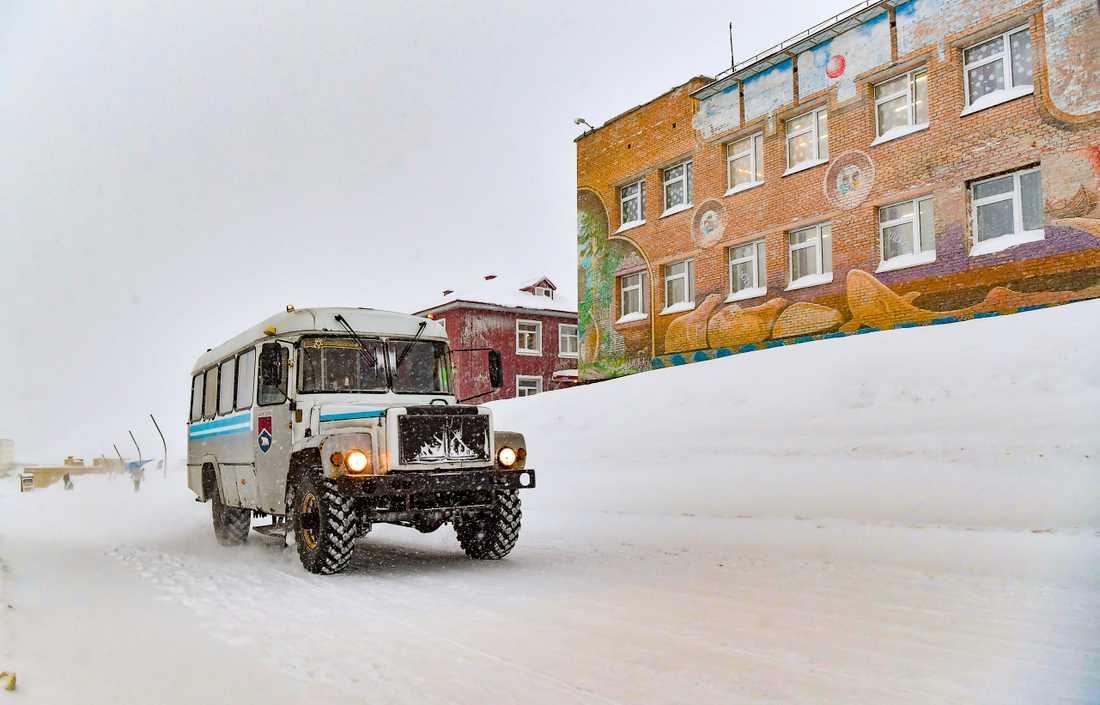 Av Barentsburgs 500 invånare är omkring 70 barn. Till höger i bild syns skolan.