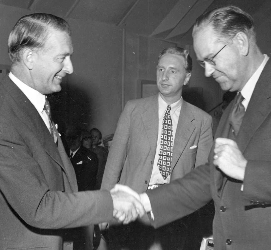 Folkpartiets Bertil Ohlin skakar hand med Tage Erlander, socialdemokratisk statsminister, i samband med valet 1950.