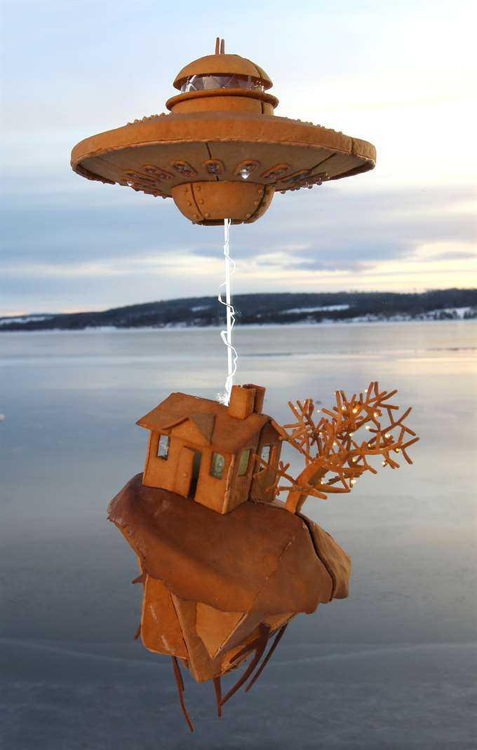 Årets projekt. Ett ufo som river upp ett hus ur marken.