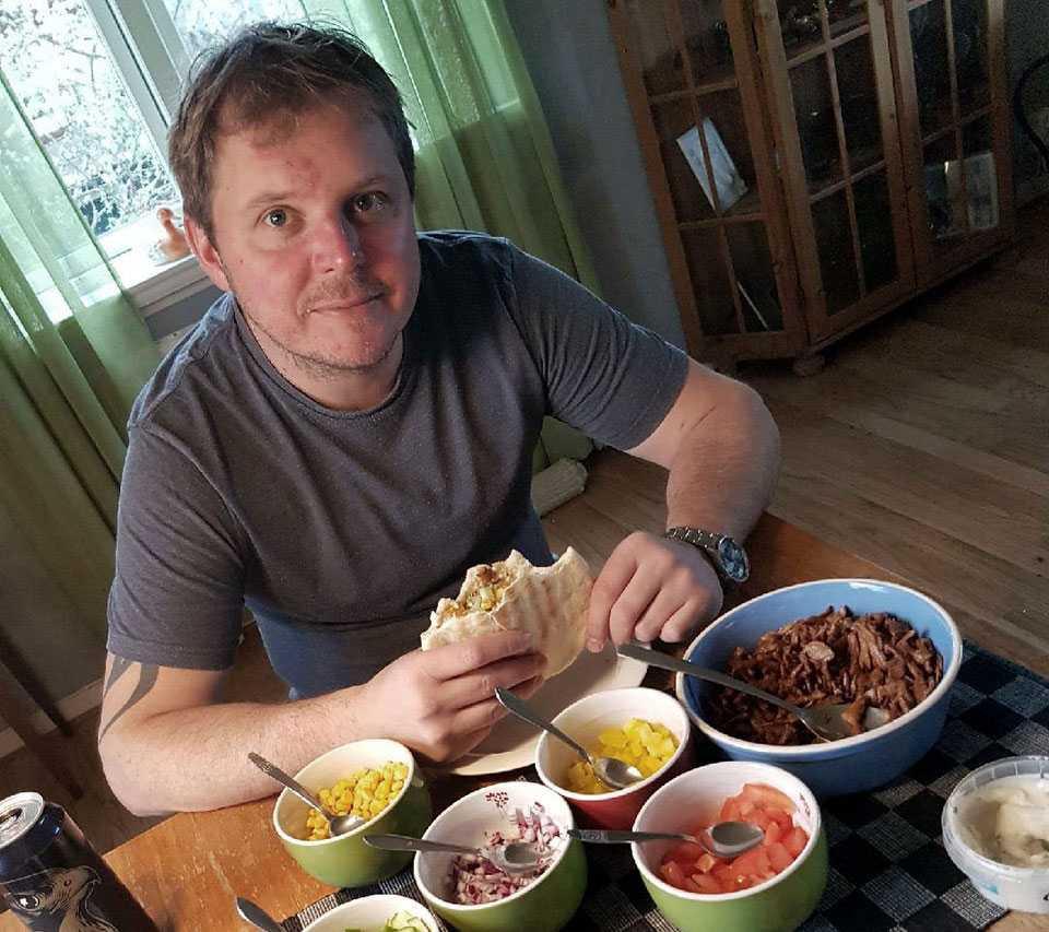 Robin Johansson, 41, har bara märkt av positiva effekter av att äta vegansk kost.