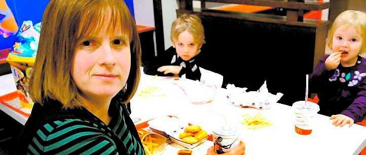 """Mcdonalds Camilla Strömbäck och hennes barn Viktor och Tuva Nilsson föredrar McDonalds. """"Vi äter här nästan varje vecka."""""""
