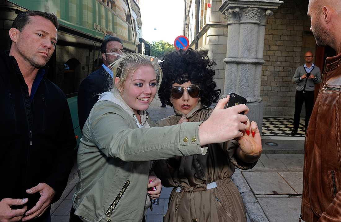 Lady Gaga tog selfies med ett lyckligt fan utanför hotellet.