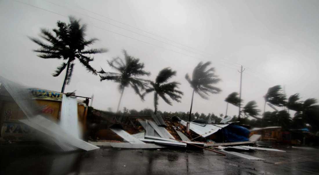 Små butiker i staden Puris utkant har förstörts i ovädret.