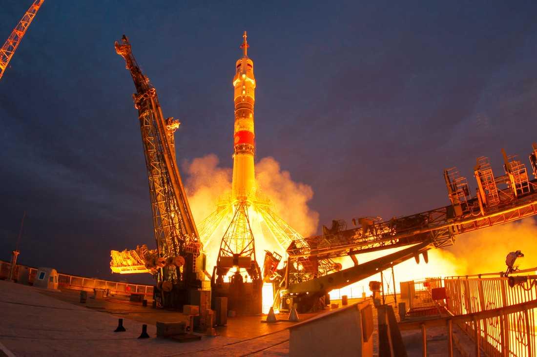 Sojuz-farkosten lyfter från kosmodromen Bajkonur med Jessica Meir, Oleg Skripotjka och Hazza Ali al-Mansoori ombord.